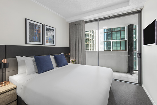 1 Bedroom apartment with king-sized bed at Oaks 212 Margaret brisbane hotel