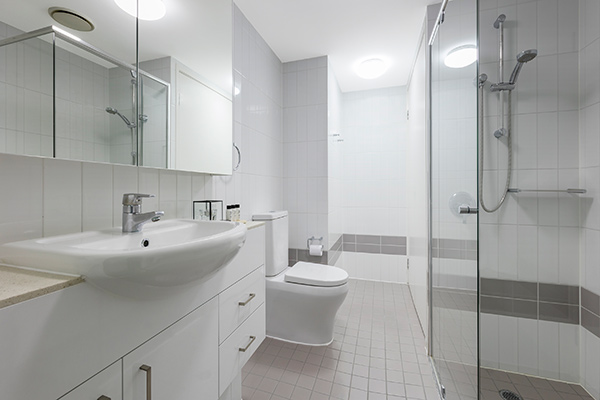 1 bedroom apartment en suite bathroom with shower and toilet at Oaks Felix hotel Brisbane city