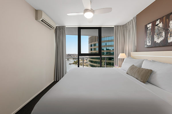 Oaks Brisbane Felix Suites 1 Bed Executive Bedroom with Queen sized Bed and nice city view