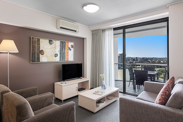 Oaks Brisbane Felix Suites 1 Bed Story Bridge View Living