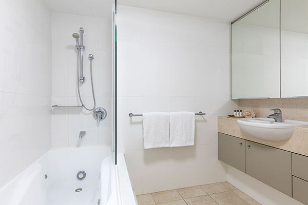 Oaks Brisbane Felix Suites 3 Bed Apartment Bathroom one with a bathtub