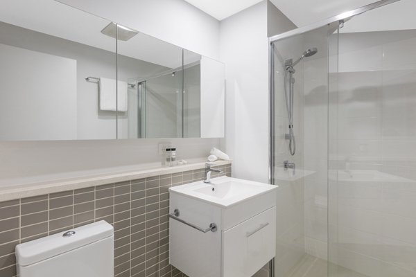 en suite bathroom with large adjustable shower at Oaks Woolloongabba hotel in Brisbane