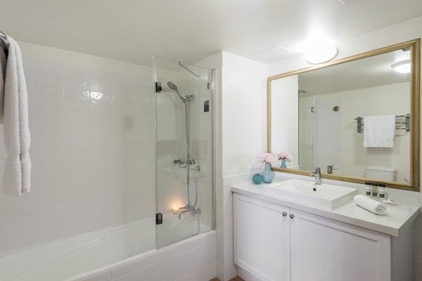 large en suite bathroom with clean towels and adjustable shower in 1 bedroom apartment in Coolangatta, Australia