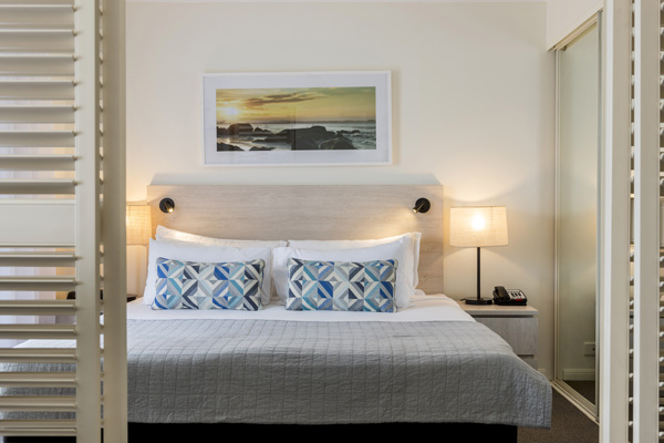 Coolangatta accommodation queen size bed in 1 bedroom hotel apartment near beach in Coolangatta, Gold Coast, Australia