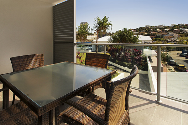 Air conditioned Townsville holiday apartments 2 bedroom apartment with balcony near Reef HQ at Oaks Gateway Suites hotel in South Townsville
