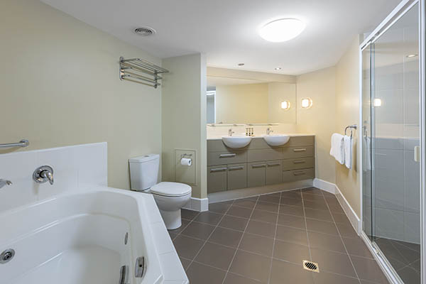 Oaks Resort and Spa Hervey Bay 1 Bedroom Pool View Bathroom
