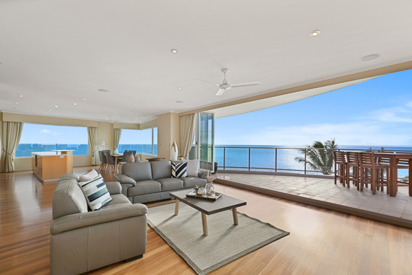 3 bedrooms Hervey Bay resort penthouse with balcony and ocean views