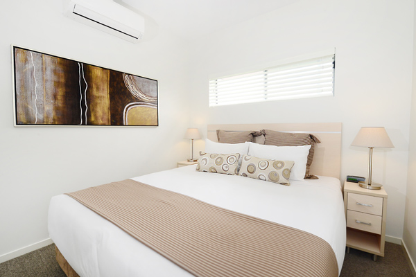 queen size bed in air conditioned two bedroom apartment near Middlemount Airport at Oaks Middlemount hotel