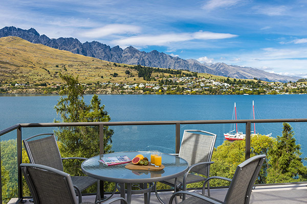 Best Hotels Queenstown with private balcony of 3 Bedroom Holiday Apartment overlooking sailing boats on Lake Wakatipu in summer at Oaks Shores hotel in Queenstown, New Zealand
