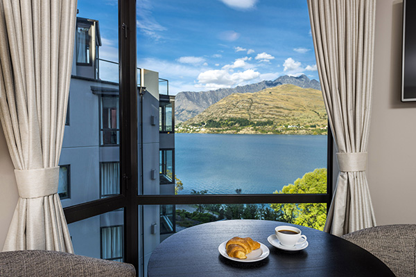 holiday accommodation in hotels Queenstown with Wi-Fi, parking and beautiful view of lake Wakatipu outside the window in Queenstown, New Zealand