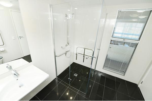 en suite bathroom in 1 bedroom apartment with shower near Gladstone marina