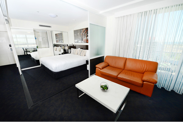air conditioned 1 bedroom apartment with wi-fi at Oaks Grand Gladstone hotel near marina