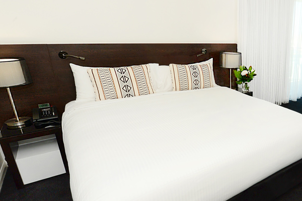 Gladstone hotel with queen size bed in studio apartment with Wi-Fi and air conditioning at Oaks Grand Gladstone in regional Queensland
