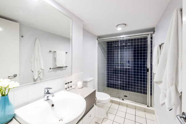 1 bedroom apartment en suite bathroom with clean towels, toilet and shower at Oaks Lexicon Apartments hotel in Brisbane city centre