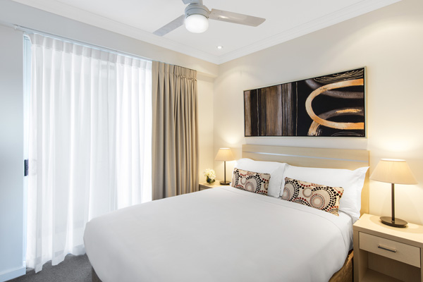 Bowen Hills hotels near TAFE Oaks Mews hotel 1 bedroom apartment with air conditioner and queen size bed