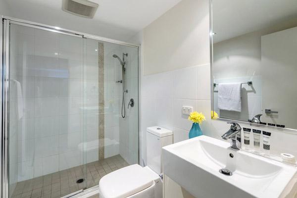 large en suite bathroom in 1 bedroom apartment at Oaks Aspire hotel Ipswich, Queensland