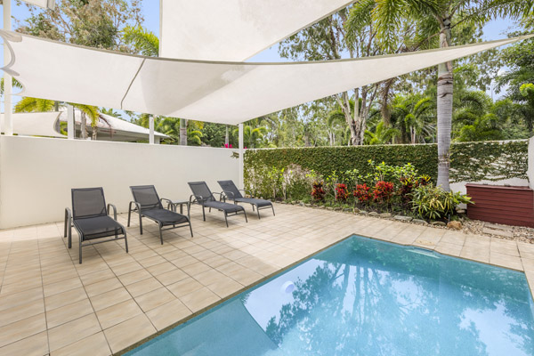 Hotels Port Douglas plunge pool and sun loungers outside 1 bedroom apartment near beach at Oaks Lagoons hotel in Port Douglas