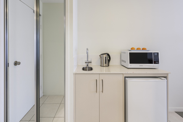 kitchenette with kettle and microwave in Oaks Lagoons hotel room in Port Douglas