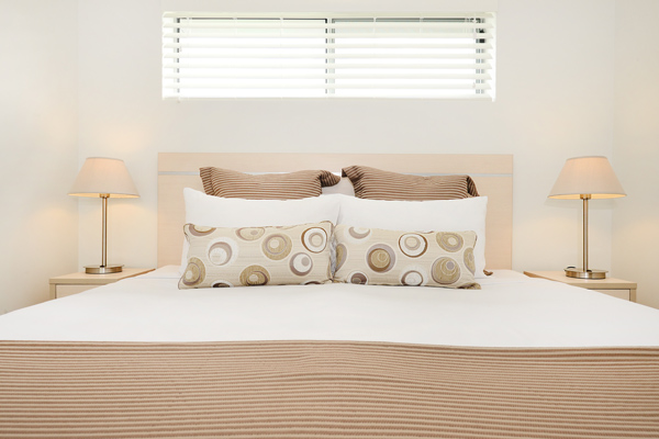air conditioned 1 bedroom apartment queen size bed with comfortable pillows and clean sheets at Oaks Middlemount hotel