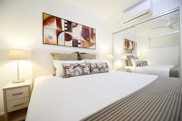 air conditioned Moranbah hotels 1 bedroom apartment with queen size bed and wi-fi at Oaks Moranbah hotel