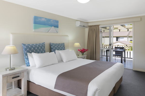 air conditioned 2 bedroom villa with large queen size bed and Wi-Fi for hotel guests staying at Oaks Oasis Resort in Caloundra on Sunshine Coast, Queensland, Australia
