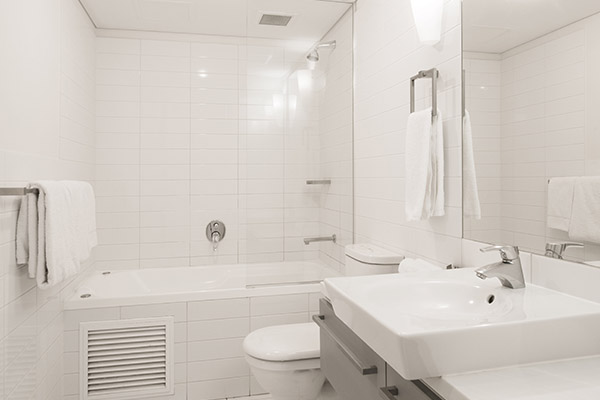 large, clean en suite bathroom with fresh towels, shower, toilet, bathtub, mirror and basin