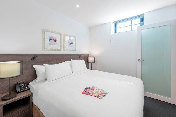 Melbourne southbank hotel apartment with large bedroom at Oaks WRAP